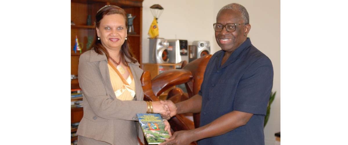 www.3 guyanas.nl-hoe het begon- overhandiging van mijn boek- aan de President van Suriname- R.Venetiaan